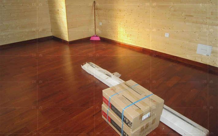 感谢:越秀张生拍照位于广州越秀柚木地板的住所-用国森牌地板安装 在家居地板选择时,注意整体的协调问题非常重要,由于家用地板和墙壁都是大面积的,所以它们的色块选择会决定整个家居环境的调子,合理地运用家用地板色彩、线条的搭配,才能够营造十分舒适的视觉空间。   家居地板的色彩和花纹的选择与人的年龄阶段有很大关系。心理年龄越小的人越会选择鲜艳而视觉冲击力强的色彩家用地板,似乎只有这样才能彰显他们飞扬的个性。到了30岁左右的人,在家居地板的选择上,多半就会选择颜色偏浅、色泽淡雅的地板,因为人到了这个年龄已经比较成